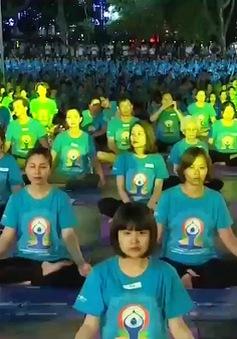 Hơn 1.000 người trình diễn Yoga tại Hà Nội