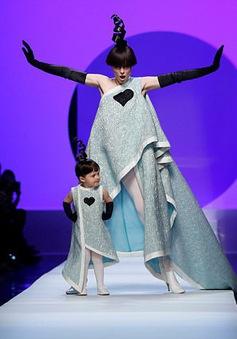 """Mẹ con """"nữ hoàng tạo dáng"""" Coco Rocha cực dễ thương trên sàn diễn thời trang Paris"""
