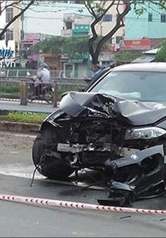 Xe ô tô đâm gãy đôi cây xanh, tài xế may mắn thoát chết