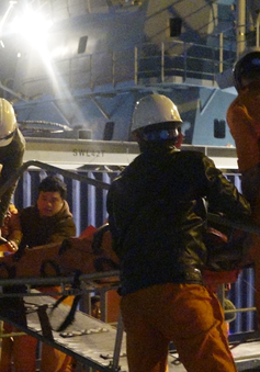Cứu hộ thành công thuyền viên tàu cá Quảng Bình gặp nạn trên biển