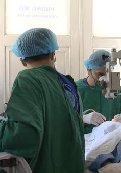 Bệnh viện Mắt Trung ương khám, mổ mắt miễn phí cho hơn 200 người cao tuổi tỉnh Hải Dương