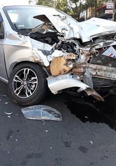 Xe tải tông liên hoàn hai ô tô khiến một người nhập viện