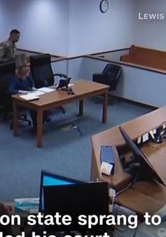 Thẩm phán cởi áo tòa, đuổi bắt 2 nghi can chạy trốn khỏi phòng xử án
