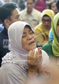 Người thân nạn nhân vụ rơi máy bay Lion Air khắc khoải chờ tin