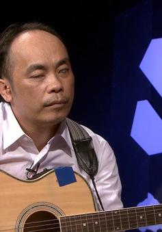 Hôm nay ai đến: Gặp gỡ người đàn ông mù gảy đàn guitar bằng một tay