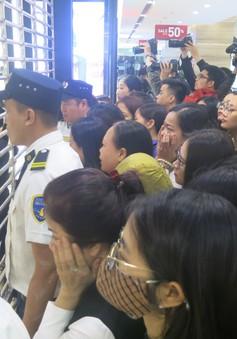 """""""Vỡ trận"""" Black Friday, nhiều người """"chui"""" cửa sắt để mua hàng giảm giá"""