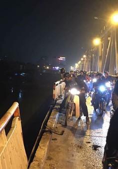 Ô tô lao từ cầu Chương Dương xuống sông Hồng