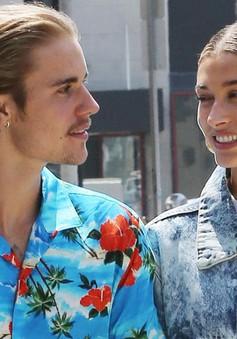 """Justin Bieber """"tậu"""" hình xăm đôi cùng hôn thê"""