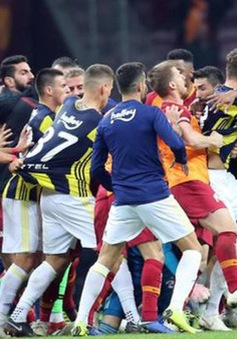 Bạo lực bùng phát tại trận Derby Thổ Nhĩ Kỳ