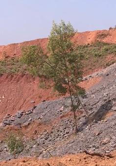 Thải than quặng đổ sai phép chất như núi sát nhà dân