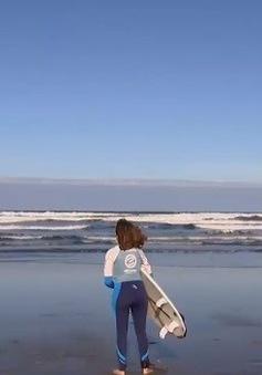 Cô gái khiếm thị đam mê lướt sóng