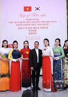 Huyền My, Phương Oanh trình diễn áo dài tại Hàn Quốc