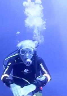 Cụ ông 95 tuổi tham gia cuộc thi lặn