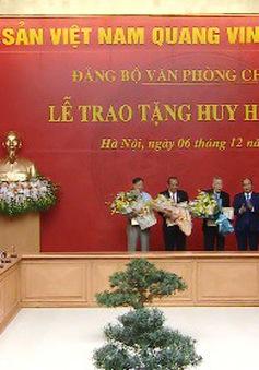 Trao tặng Huy hiệu Đảng cho các đồng chí Lãnh đạo, nguyên Lãnh đạo Chính phủ
