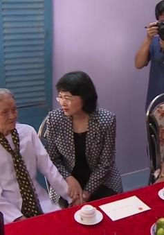 Phó Chủ tịch nước Đặng Thị Ngọc Thịnh tặng quà cho gia đình chính sách ở Trà Vinh