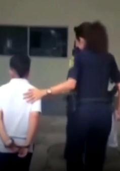 Tranh cãi việc còng tay tống giam học sinh tại Mỹ