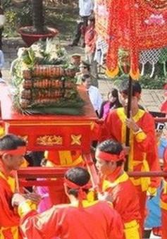 Dâng cúng bánh Tét Quốc tổ Hùng Vương dịp Tết cổ truyền