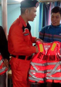 Cứu 6 thuyền viên Nam Định gặp nạn trên biển