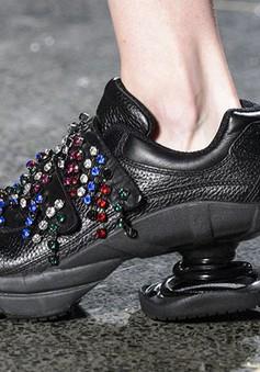 Christopher Kane trở lại với mẫu giày độc, lạ gây tranh cãi