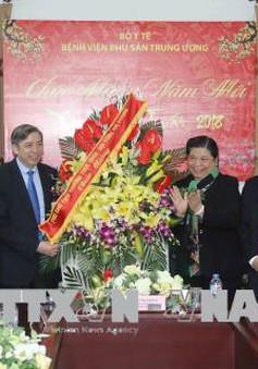 Đồng chí Tòng Thị Phóng thăm và chúc mừng các thầy thuốc Bệnh viện Phụ sản Trung ương
