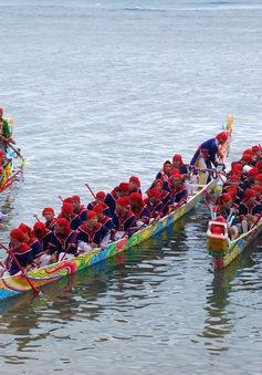 Độc đáo trang trí thuyền đua Tứ Linh ở Lý Sơn