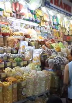 Mứt Tết ở chợ, nhiều sản phẩm không có nhãn mác