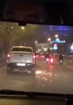 Hà Nội: Xe bán tải kéo lê xe máy hàng chục mét trong hầm Kim Liên