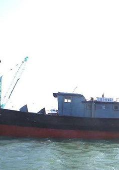Tàu vỏ sắt có chữ Trung Quốc trôi dạt vào bờ biển Thừa Thiên Huế