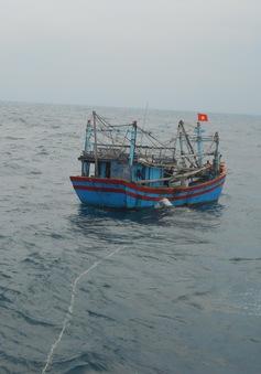 Vùng 3 Hải quân cứu nạn tàu cá ĐNa 90305TS trôi dạt trên biển