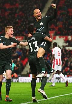 David Silva lập cú đúp, Man City chạm một tay vào chức vô địch