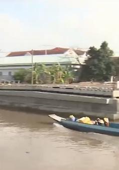 Ghe, thuyền đi lại khó khăn do cầu thấp