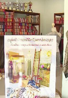 Tạo màu lụa từ hoa súng - công đoạn đặc biệt của nghề dệt tại Thái Lan