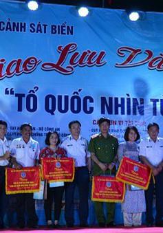 Cảnh sát biển tặng cờ Tổ quốc, trang thiết bị khám bệnh cho ngư dân Lý Sơn