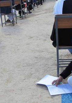 Một bà mẹ Afghanistan vừa chăm con nhỏ vừa làm bài thi đại học
