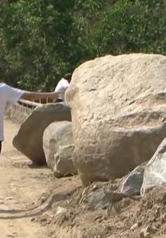 Ngổn ngang đất đá sau lũ, người dân vùng cao Quảng Ngãi đối mặt hiểm nguy