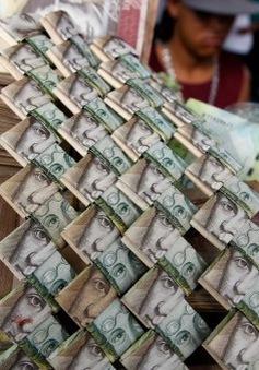 Lạm phát leo thang, người dân Venezuela dùng tiền để gấp đồ thủ công đem bán