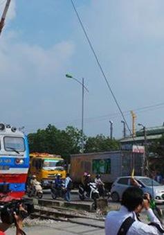 Ô tô chết máy ngay đường ray, tài xế thoát nạn trong gang tấc
