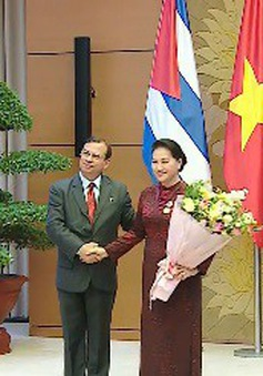 Chủ tịch Quốc hội nhận huân chương đoàn kết của Cuba