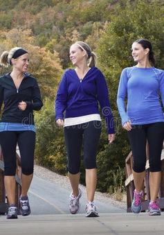 Đi bộ thường xuyên giúp giảm nguy cơ đột quỵ ở phụ nữ