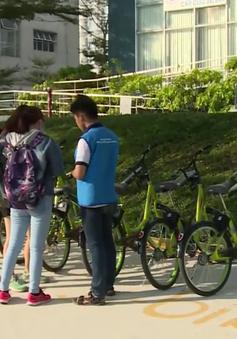 Sinh viên ĐHQG TP.HCM thích thú trải nghiệm xe đạp thông minh