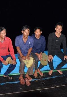 Quảng Ngãi: Đưa 6 ngư dân trên tàu bị đâm chìm ở Hoàng Sa vào bờ