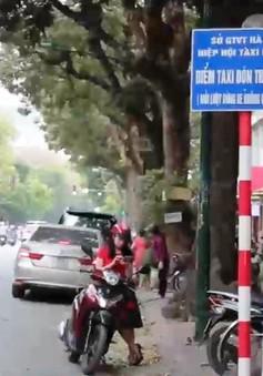 Nhiều điểm dừng đỗ taxi ở Hà Nội bị chiếm dụng