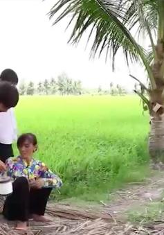 Cặp lá yêu thương: Đưa cơm cho mẹ