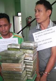 Bắt 2 đối tượng người Lào vận chuyển 33 bánh heroin