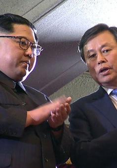 Nhà lãnh đạo Triều Tiên Kim Jong-un liên tục vỗ tay tán thưởng nghệ sĩ Hàn Quốc