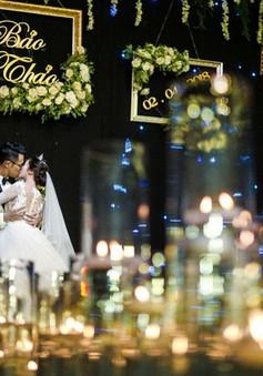 """MC Đức Bảo """"Chúng tôi là chiến sĩ"""" đắm đuối hôn cô dâu trong lễ cưới"""