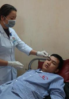 Đang cấp cứu bác sĩ bị người nhà bệnh nhân hành hung