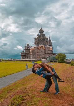 """Cặp đôi """"phượt"""" khắp nơi trên thế giới để... hôn nhau"""