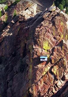 Cửa hàng tiện lợi độc đáo nằm giữa lưng chừng vách núi