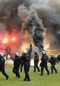 Hamburg lần đầu xuống hạng, CĐV làm loạn sân